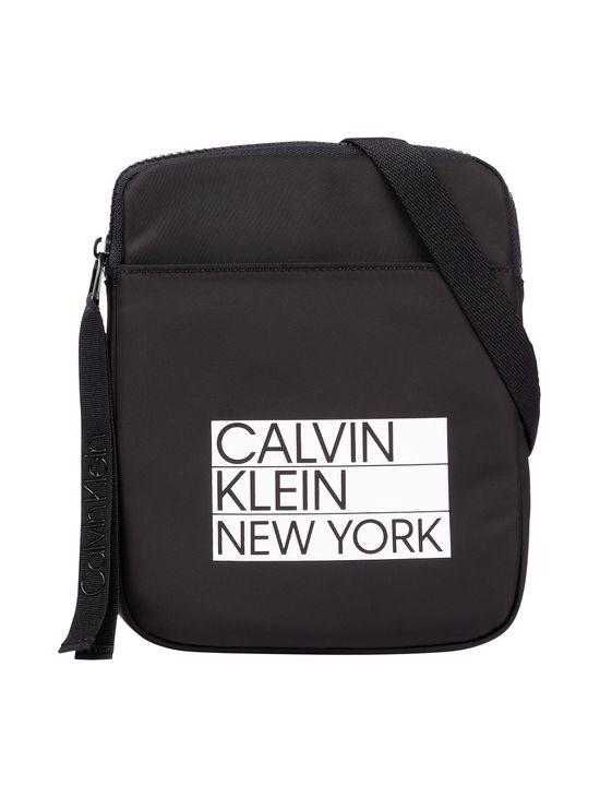 Bandolera-de-poliester-reciclado-Calvin-Klein