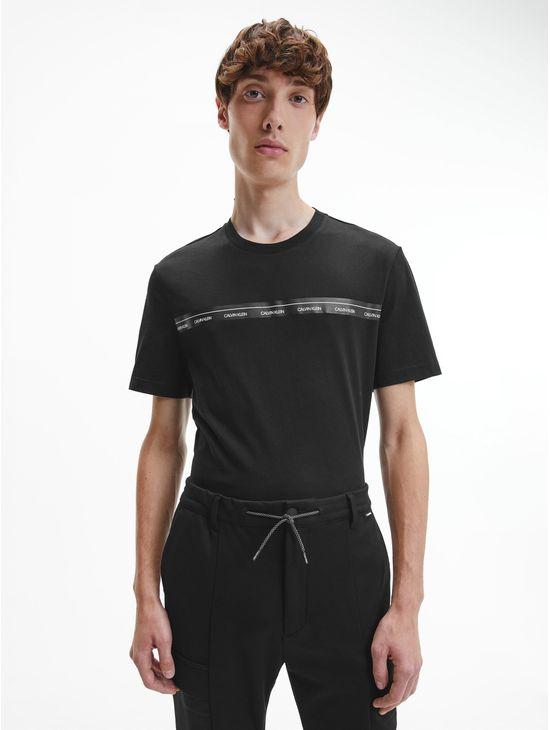 Playera-de-algodon-organico-con-linea-y-logotipo-Calvin-Klein